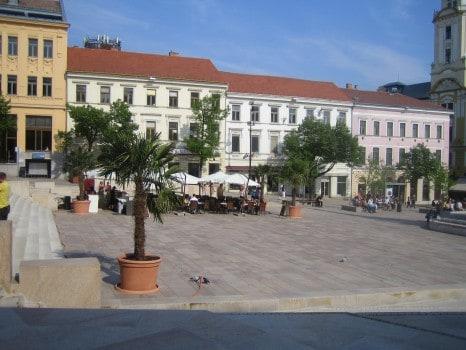 A Széchenyi tér nyugati fala - élettelen vakablakok.