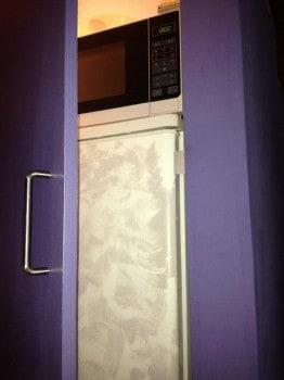 A hűtőszekrény és a mikro a lépcsősor alatti szekrényben
