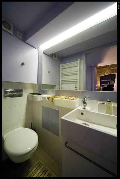 Rejtett tartályos wc és törölköző-szárító, patronos radiátor