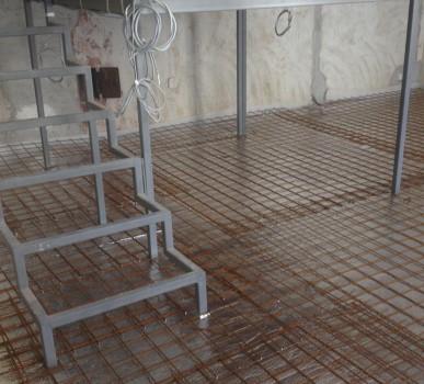 hőszigetelés és betonvasrács - erre tekergetik a fűtőszálakat