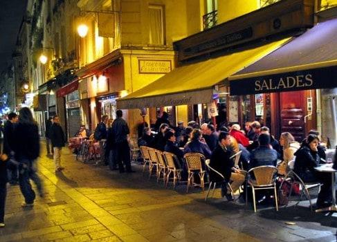 Párizs éjszakai élete egy sétálóutcában