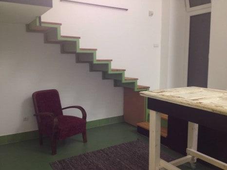 A lépcső mindig legyen kényelmes! Ha beépítjük alatta a teret, vagy ha nagyrészt szabadon hagyjuk - mindegy, de legyen kényelmes fel-, és lemenni rajta.