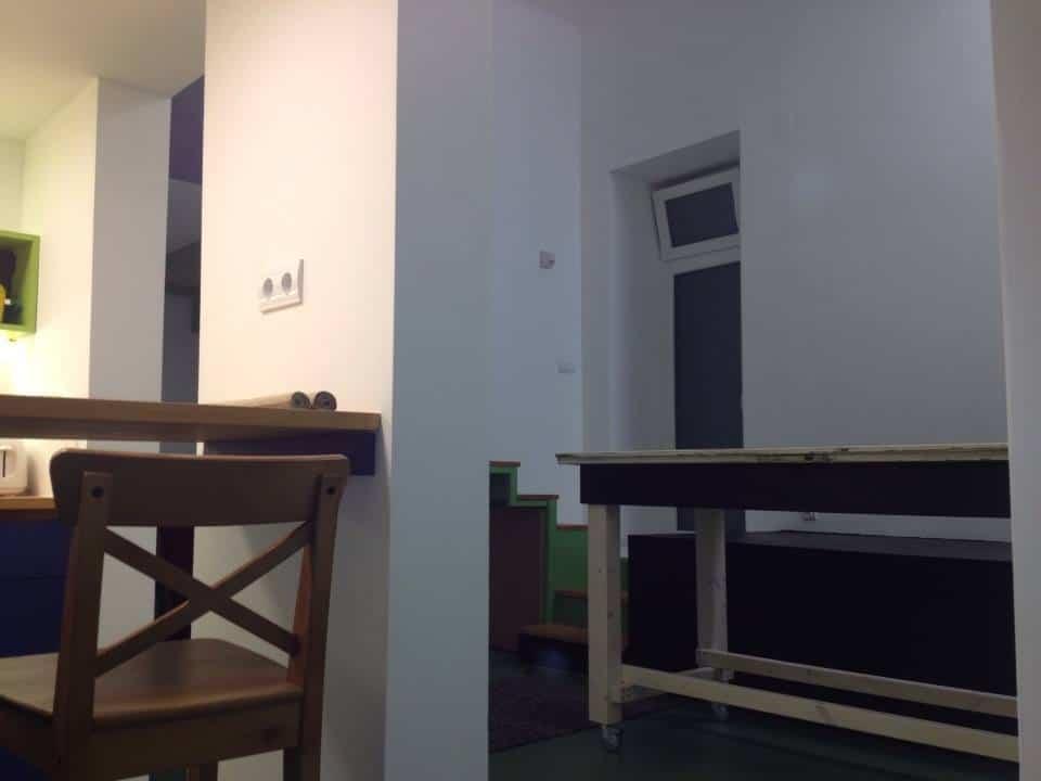 A faláttörés értelme: az alacsony belmagasságú konyhából is érzékeljük a nappali magasságát.