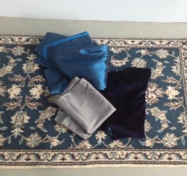 A hálószoba színei: Nain szőnyeg, kék-acészürke falikárpit-ágytakaró