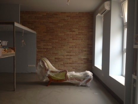 A nappali tere még nincs elválasztva a hálótól...