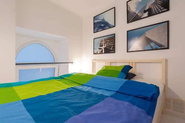 Bukó ablakkal, megőrízve a hálószoba intimitását.
