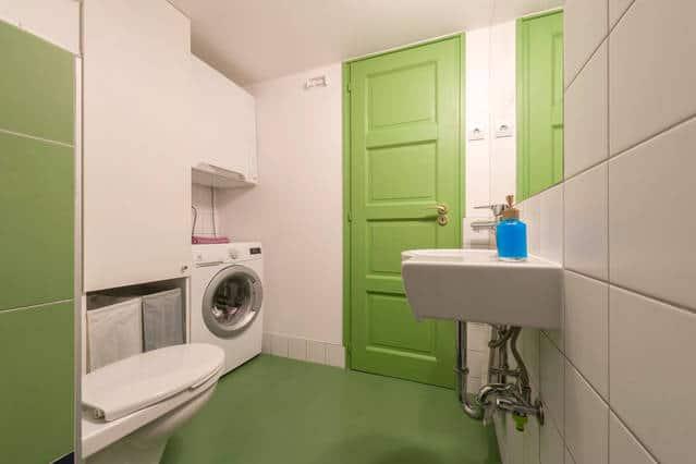 A mosógép és a felette, felakasztott szárítógép nagyszerűen működik - kár, hogy az utóbbit már nem gyártják, pedig kis háztartásokban ez nagyon praktikus.