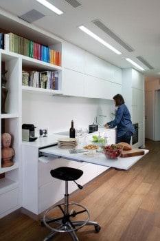 kihúzható asztallal a konyhában...