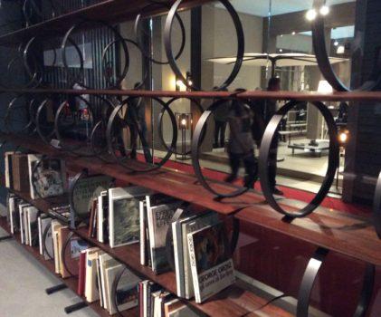 Gyönyörű polc könyvekkel - háttérben látogatókkal...